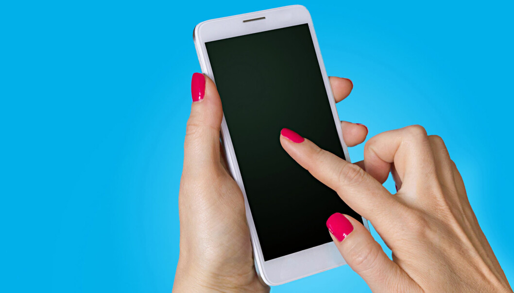 Kvinna håller smartphone