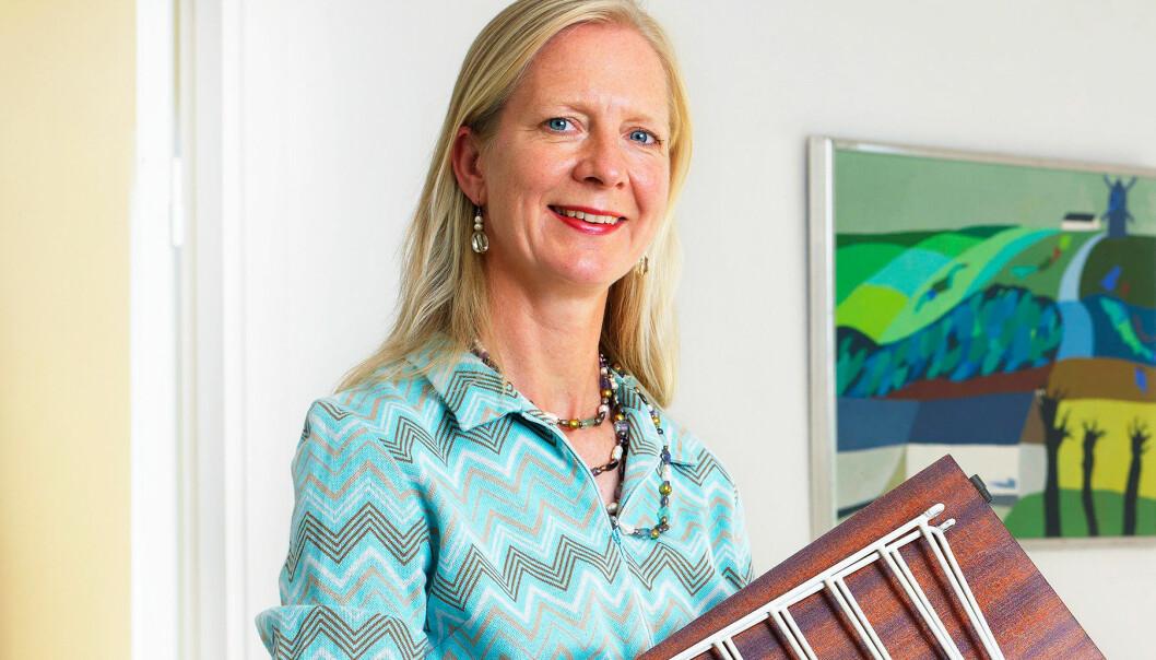 Jenny von Plaggen håller ett auktionsfynd i handen