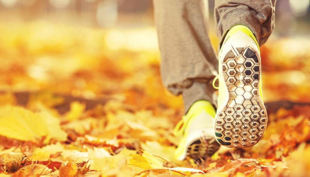 Detalj av ett par kvinnofötter i joggingskor.