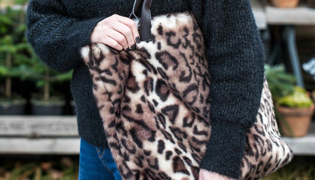 Detaljbild av väska sydd i fuskpäls med leopardmönster.