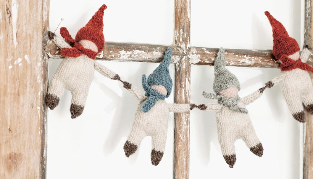 Stickade tomtenissar hänger på dörr