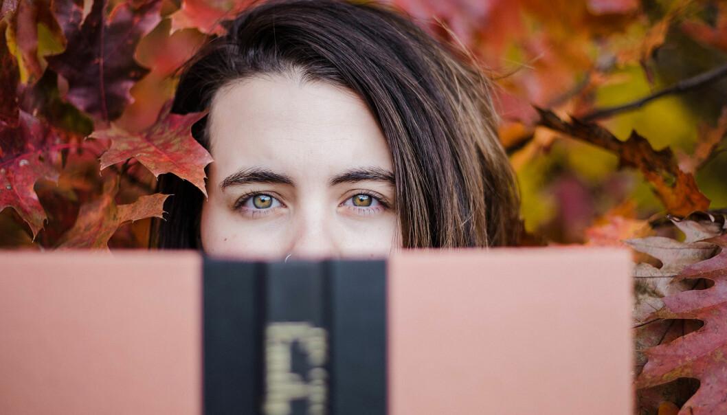 Intelligent kvinna läser bok