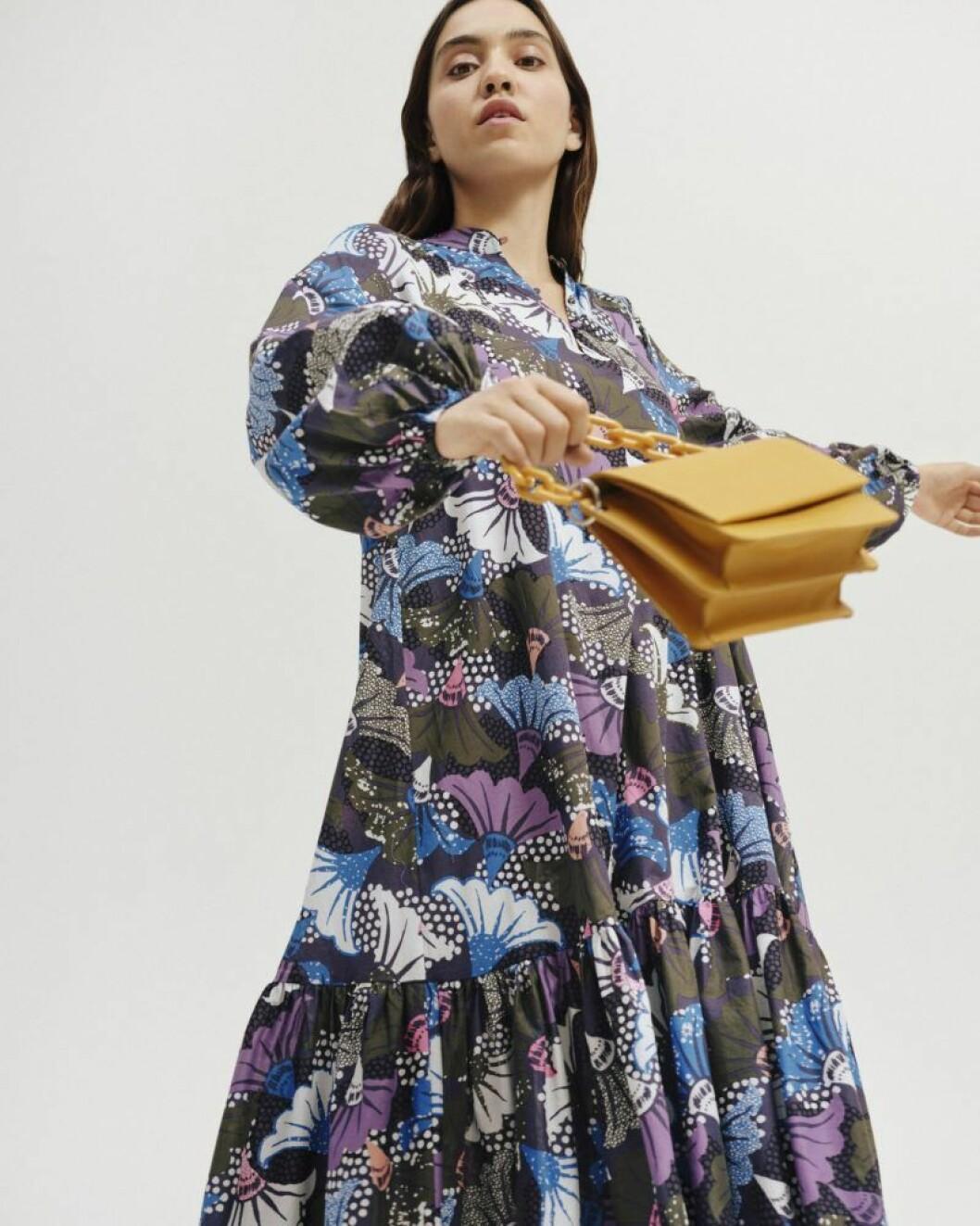 Mönstrad klänning och väska från Carin Wester till sommaren 2020