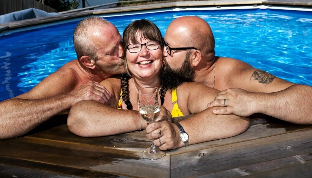 Rita I poolen med sina män Wiggo och Tom