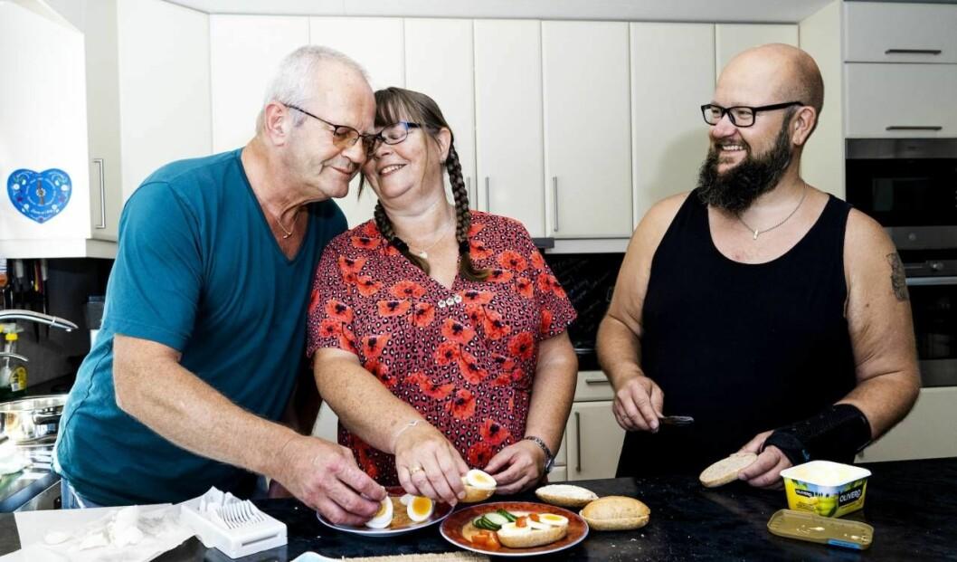 Wiggo Johansen, Rita Mariann Kristiansen och Tom Erik Nilssen äter frallor i familjens kök