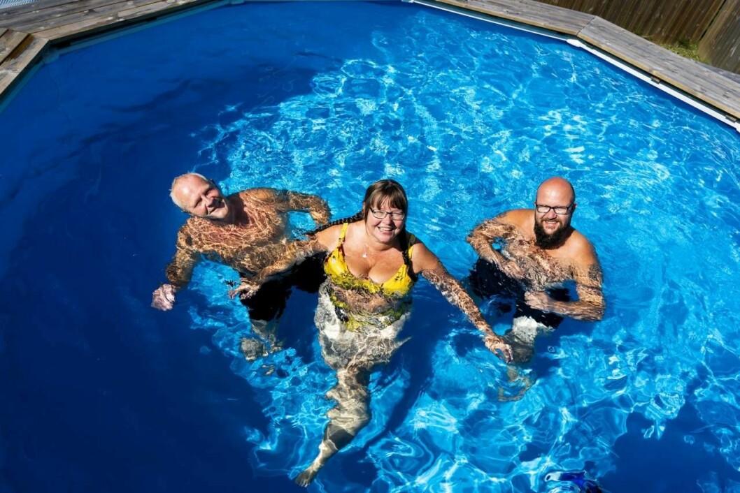 Rita, Tom och Wiggo badar i familjens pool