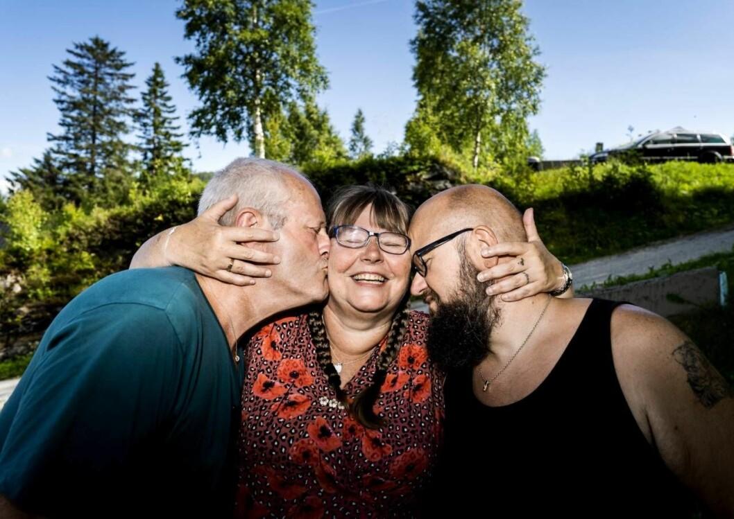 Rita, Tom och Wiggo håller om varandra och skrattar