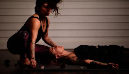 Jaandrée jobbar med en kvinna under en session.