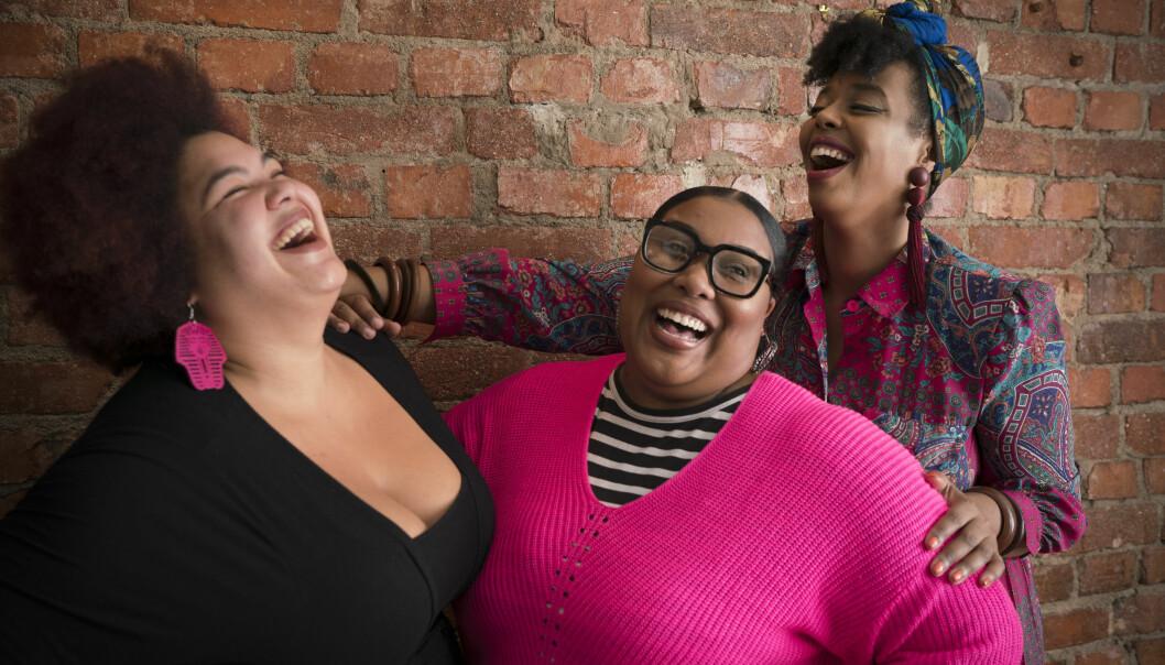 Loulou, Ash och Dinah i The Mamas skrattar tillsammans.
