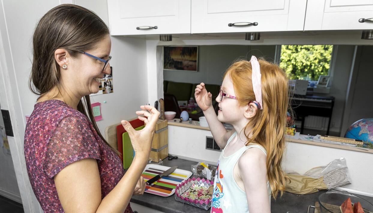 Trebarnsmamman Karen, som är döv, tillsammans med dottern Astrid som hör okej tack vare hörapparat.