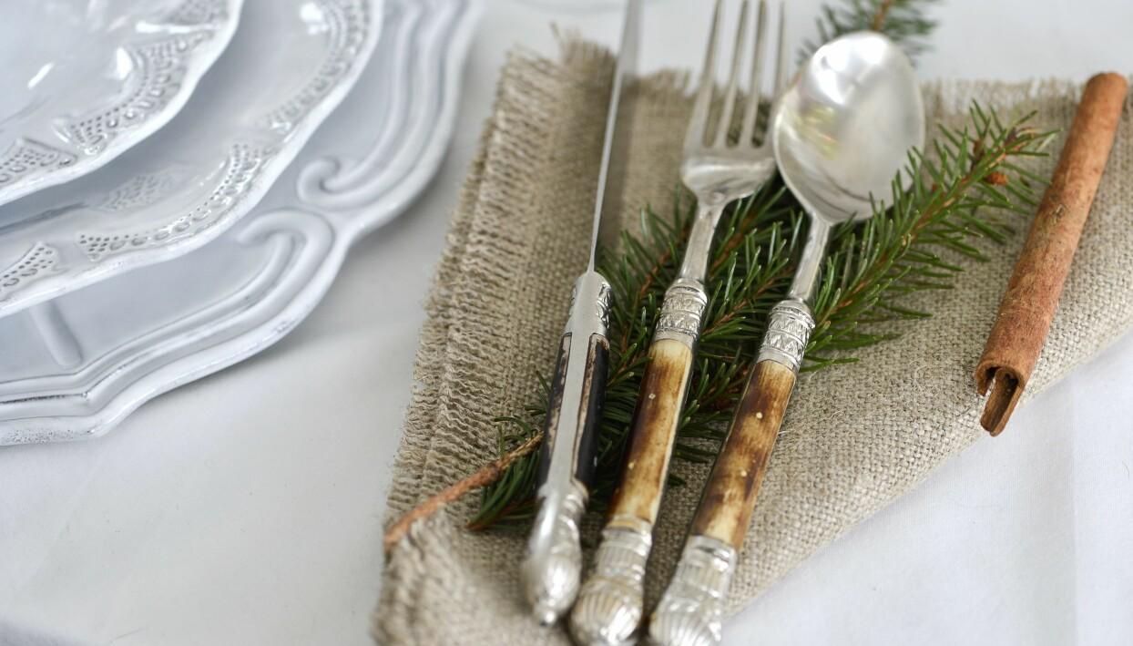 Linneservett till juldukning med gröna kvistar.