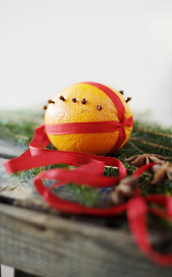 Apelsiner med nejlikor som är ett julpyssel.