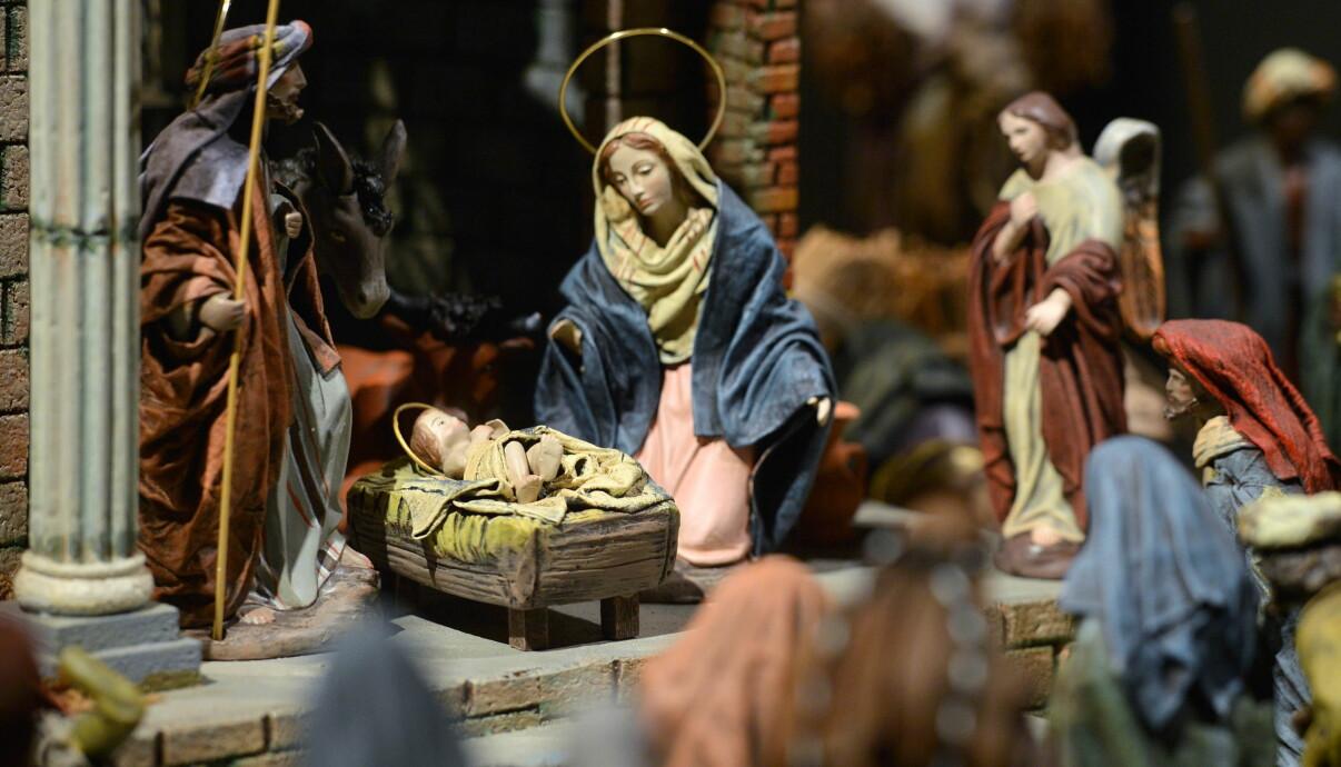 Klassisk julkrubba med josef, maria och jesusbarnet.