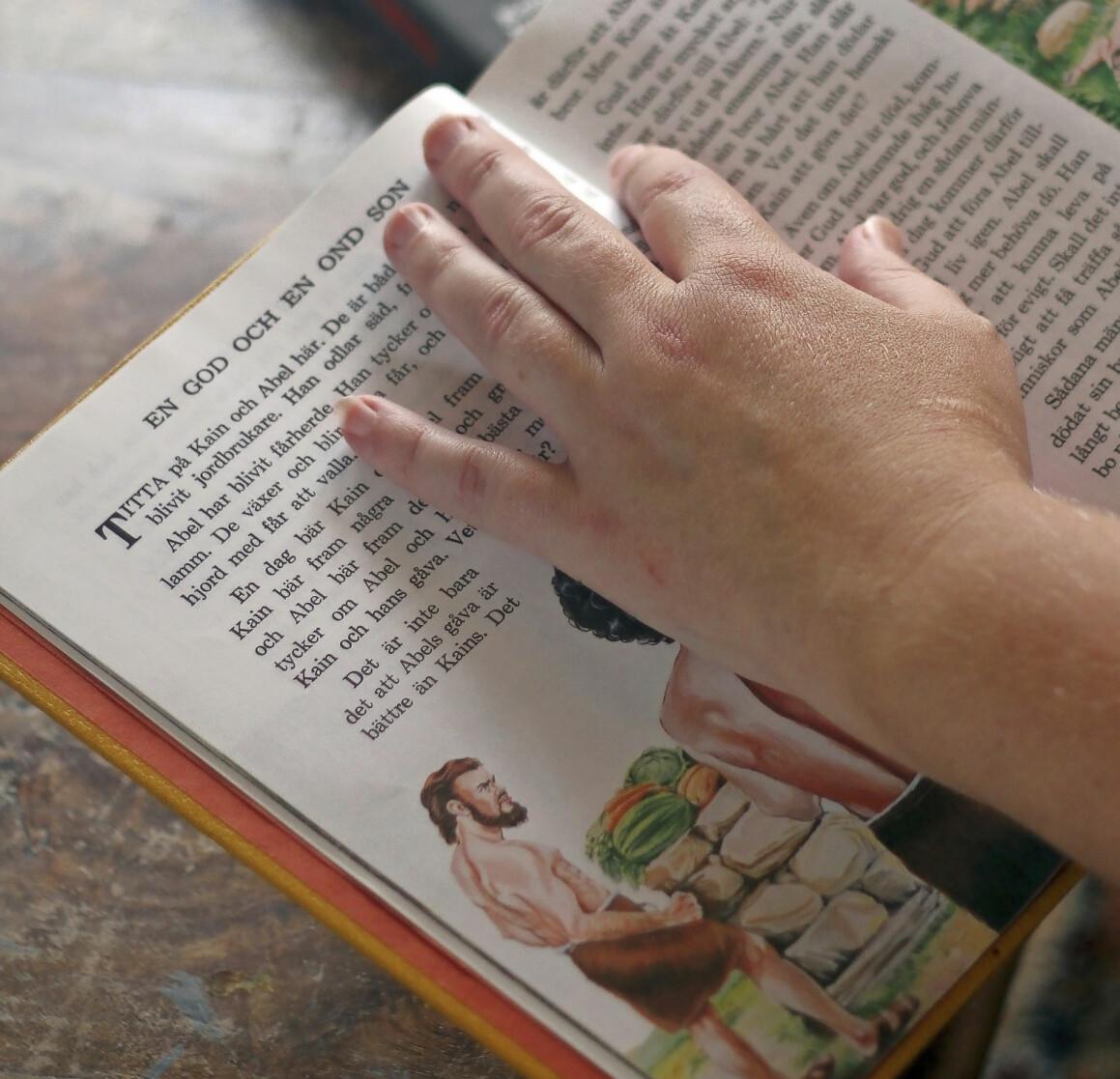 Nina läser litteratur från Jehovas vittnen.