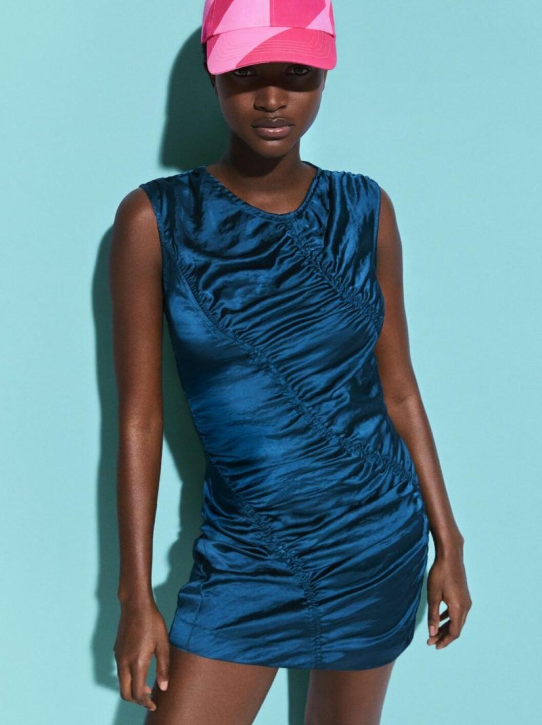 Oumi i klänning och keps från H&M Studio SS20