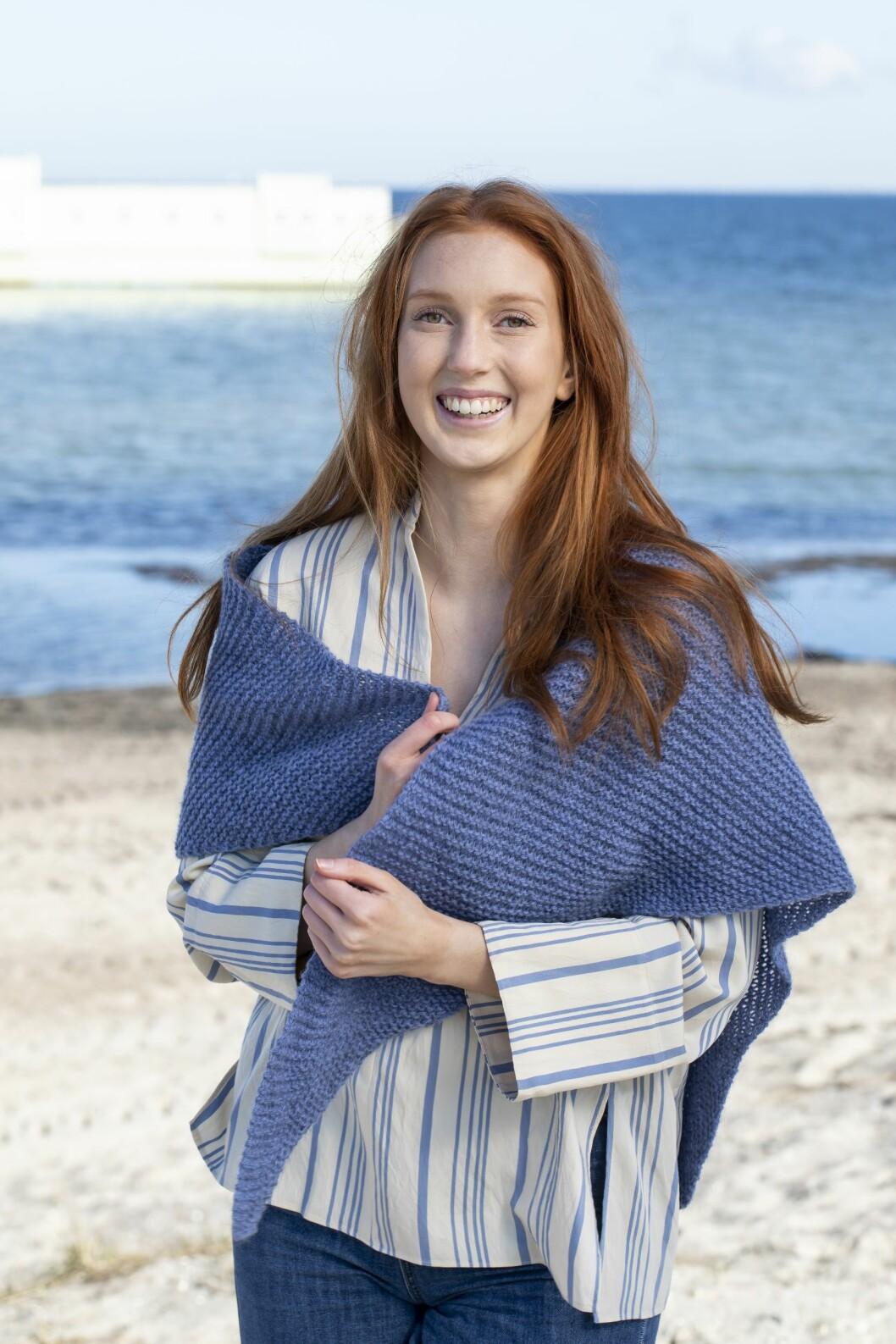 En enkel rätstickad sjal som är lätt att sticka själv.