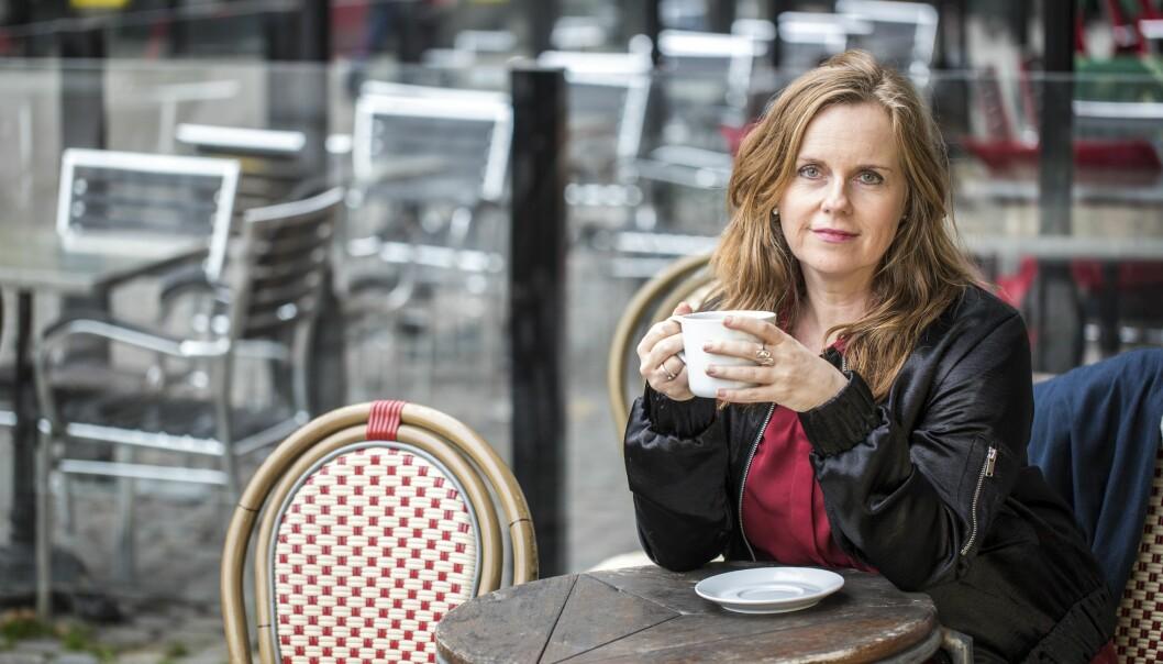Nina Berg som tagit sig ur alkoholismen sitter och dricker kaffe i Malmö.