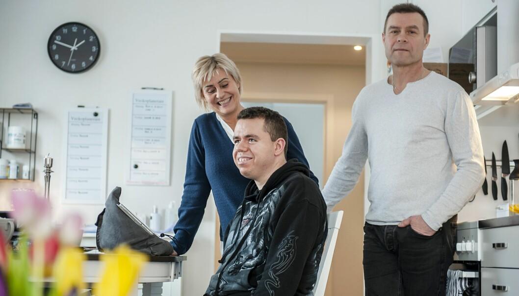 När Adam var fem år drabbades han av hjärninflammation som ledde till hjärnskador och epilepsi och här berättar föräldrarna Åsa och Janne om hur livet förändrades för Adam som idag är 25 år, bor ensam och behöver hjälp dygnet runt av personliga assistenter