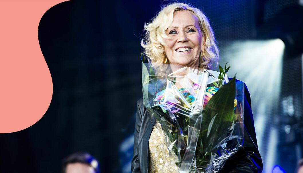 Agnetha Fältskog i Abba står på scen.