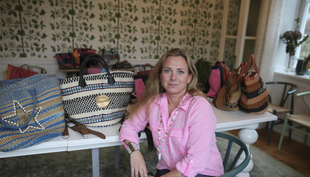 Aimée Lohrbauer med väskorna som kvinnorna i syskolan tillverkat.