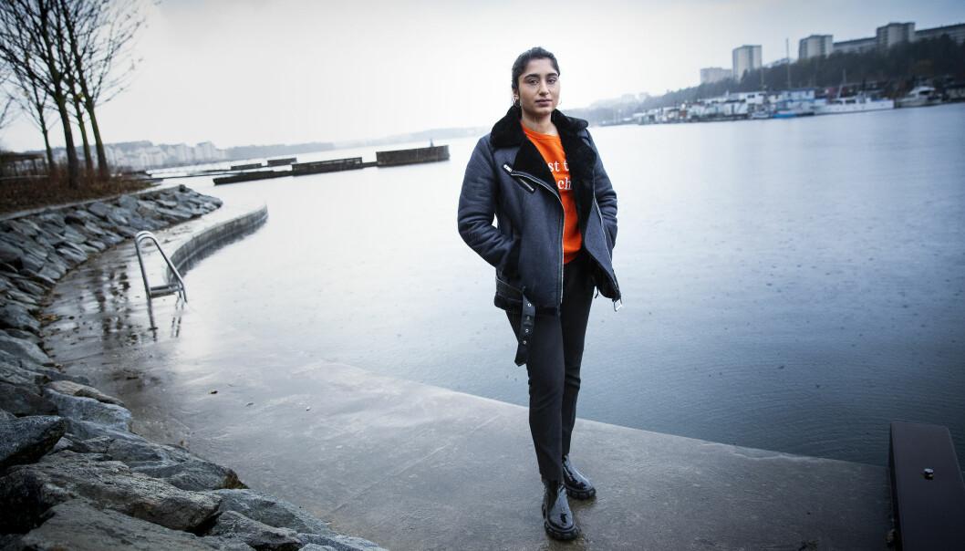 Alexandra Brixemar blev utnyttjad sexuellt som barn, här står hon allvarlig vid havet.