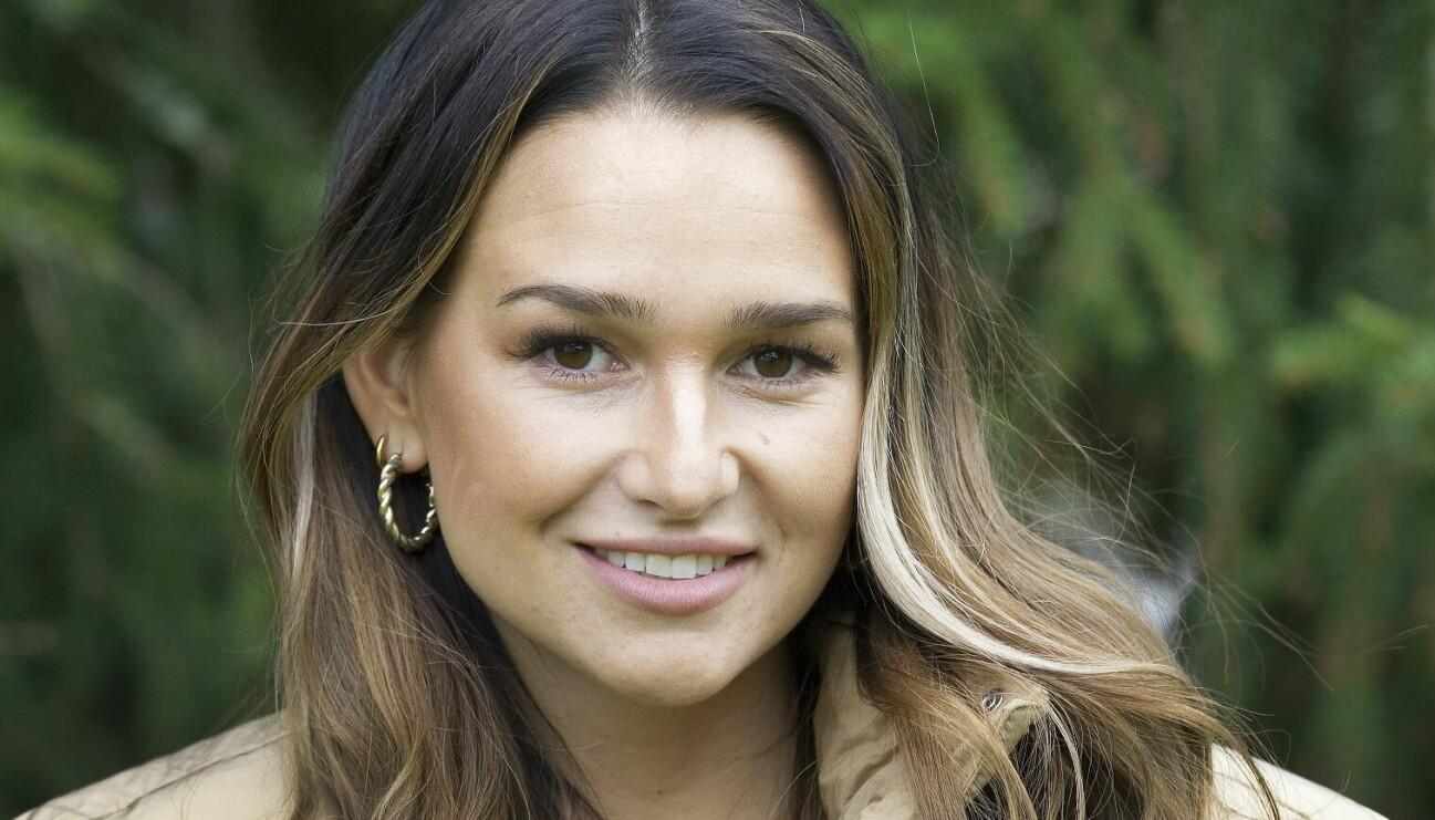 Porträtt av leende Alexia som besegrat sin anorexin.