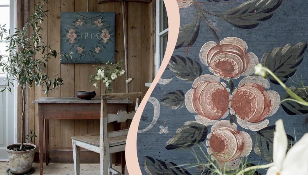 Till vänster bord och stol i allmoge med växt bredvis på golvet och bukett vita blommor på bordet. På träväggen hänger en tavla i blått och rosa allmogemönster. Till vänster blått och rosa allmogedekor i närbild.