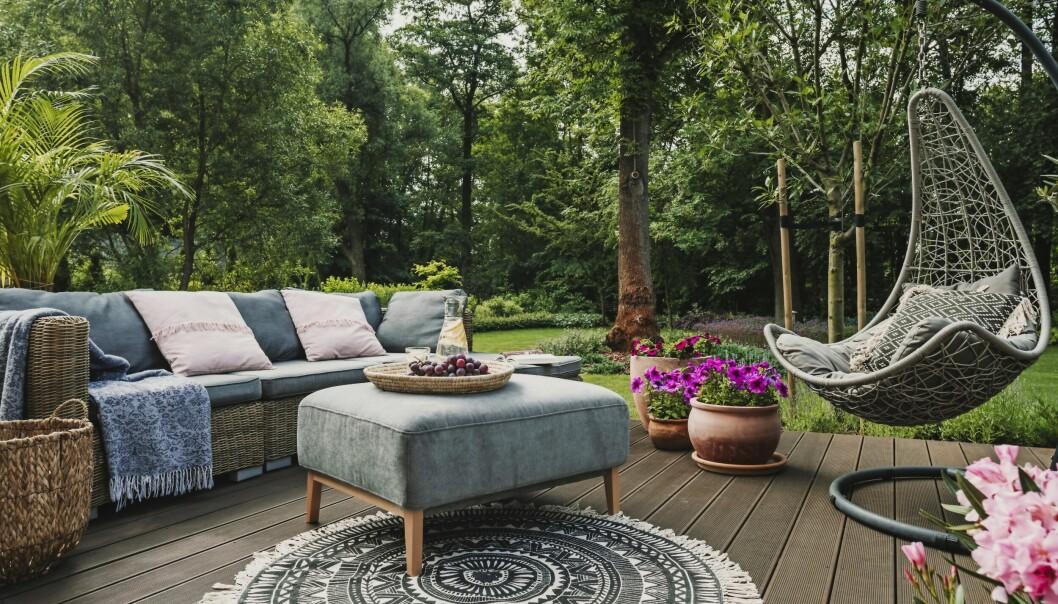 Altanen är samlingsplatsen sommartid. Soligt läge, närhet till huset och vacker vy över trädgården är egenskaper som gör placeringen lyckad. Trädäck är ett varmt och behagligt golv.