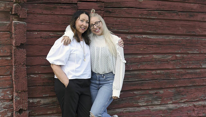 Anette och hennes dotter Amanda står framför en husvägg, håller om varandra och berättar om hur det var när Amanda hittade sin mamma efter att hon hade fått en stroke.