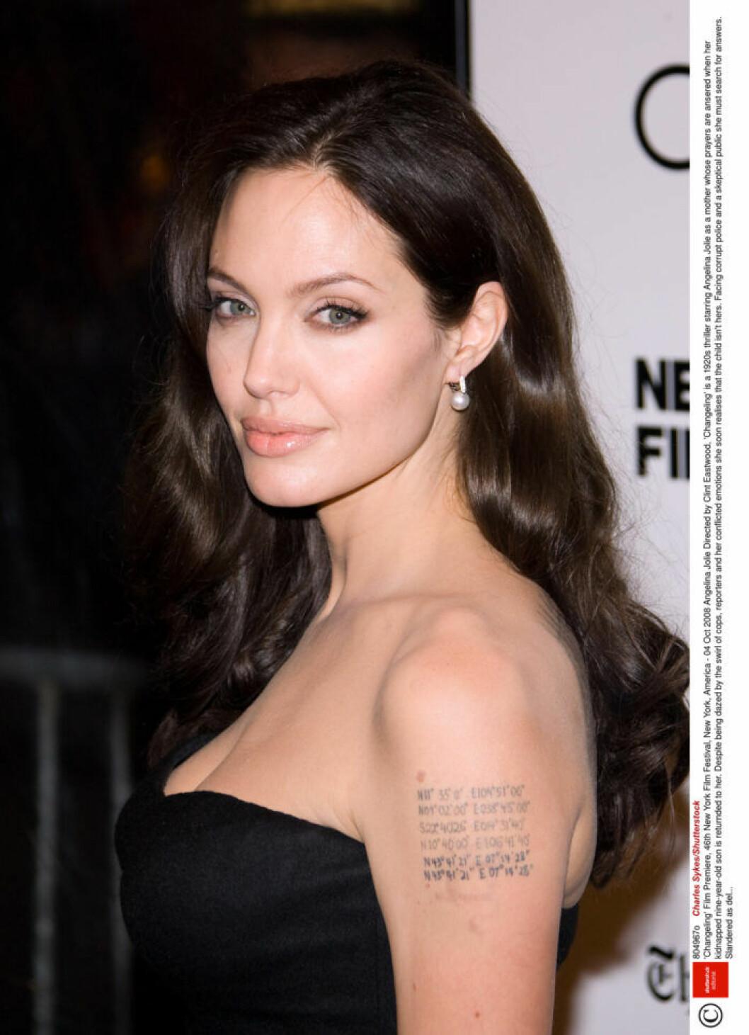 Angelina Jolie har tatuerat in sina barns kordinater