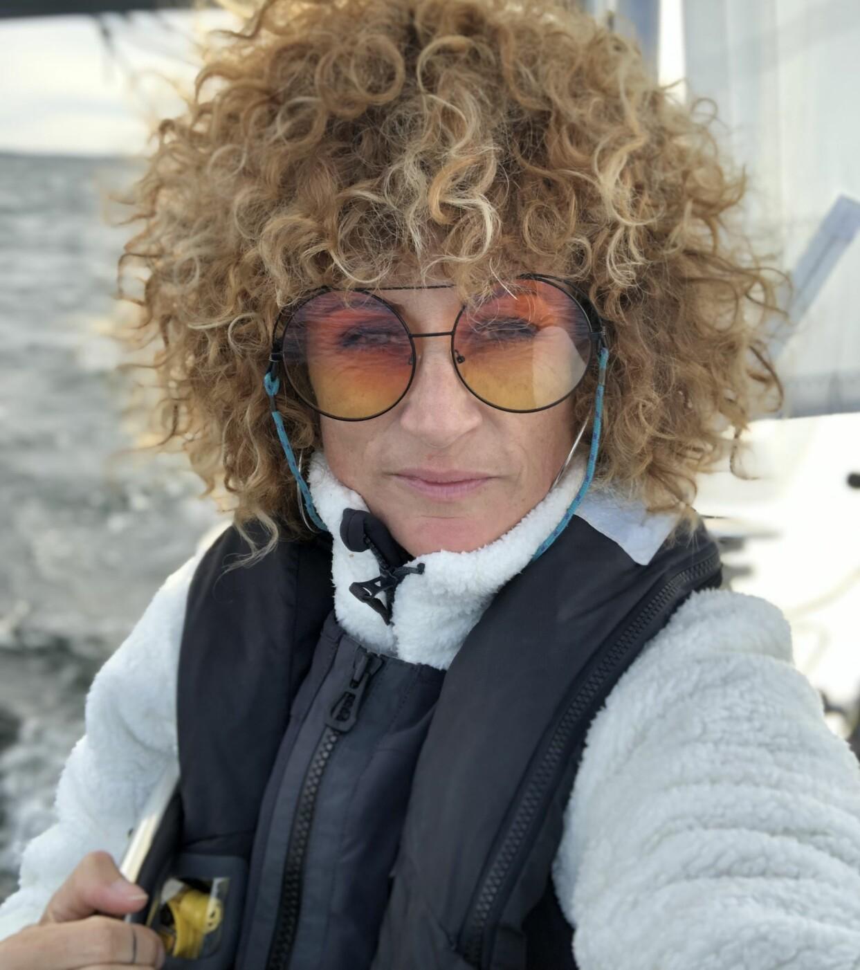 Anna Mourou i en segelbåt ute till havs.