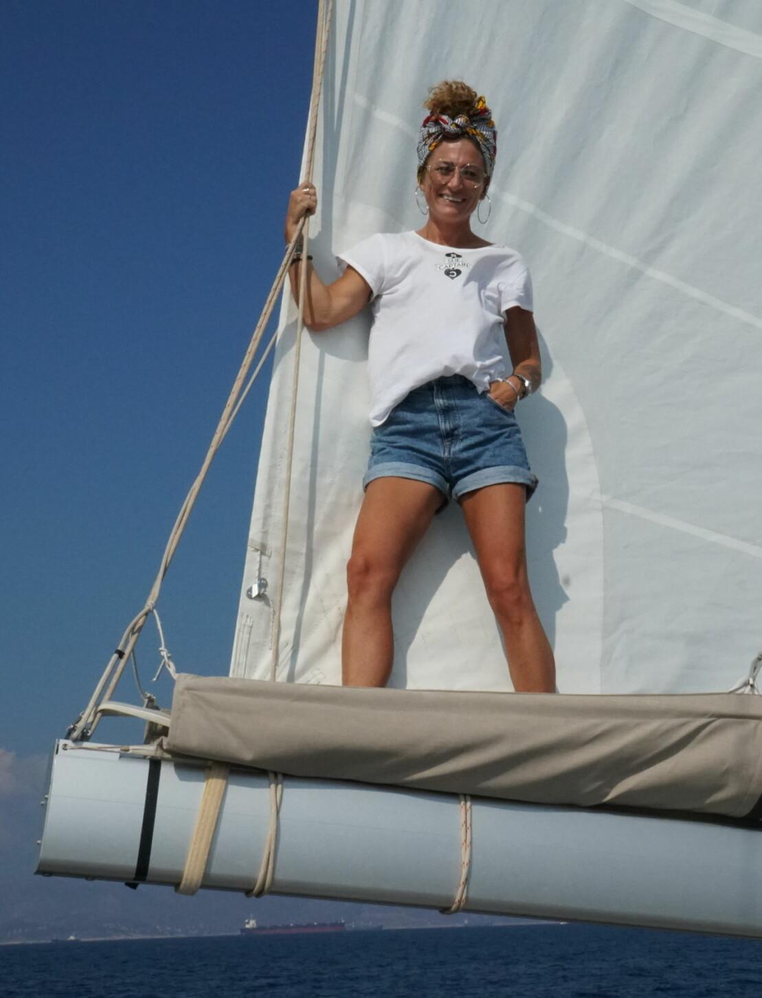 Anna Mourou ombord på en segelbåt.