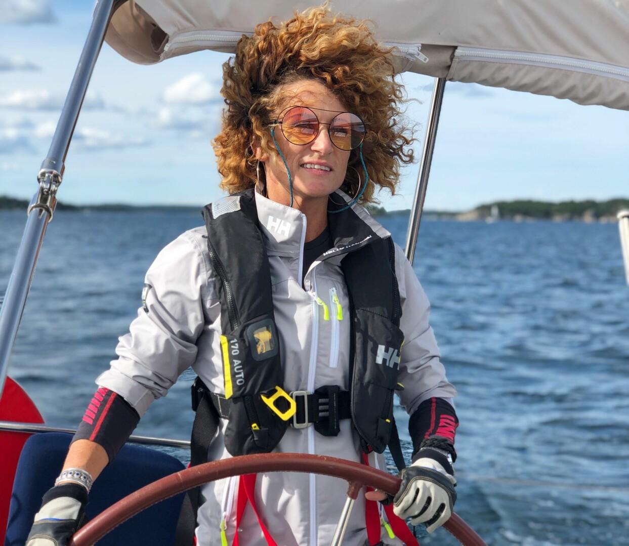 Anna Mourou på sin segelbåt.