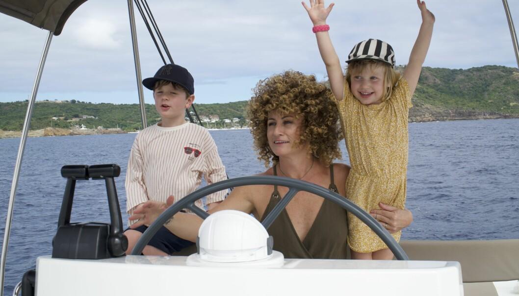 Anna Mourou under en segeltur med barnen Olof och Vira