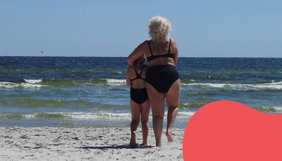 Anna Perlestam badar tillsammans med sitt barnbarn.