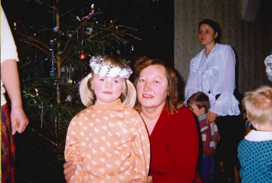 Anna Pugacova,  På den här bilden står Anna ca 5 år under ett julfirande tillsammans med sin favoritfröken Dzidra.