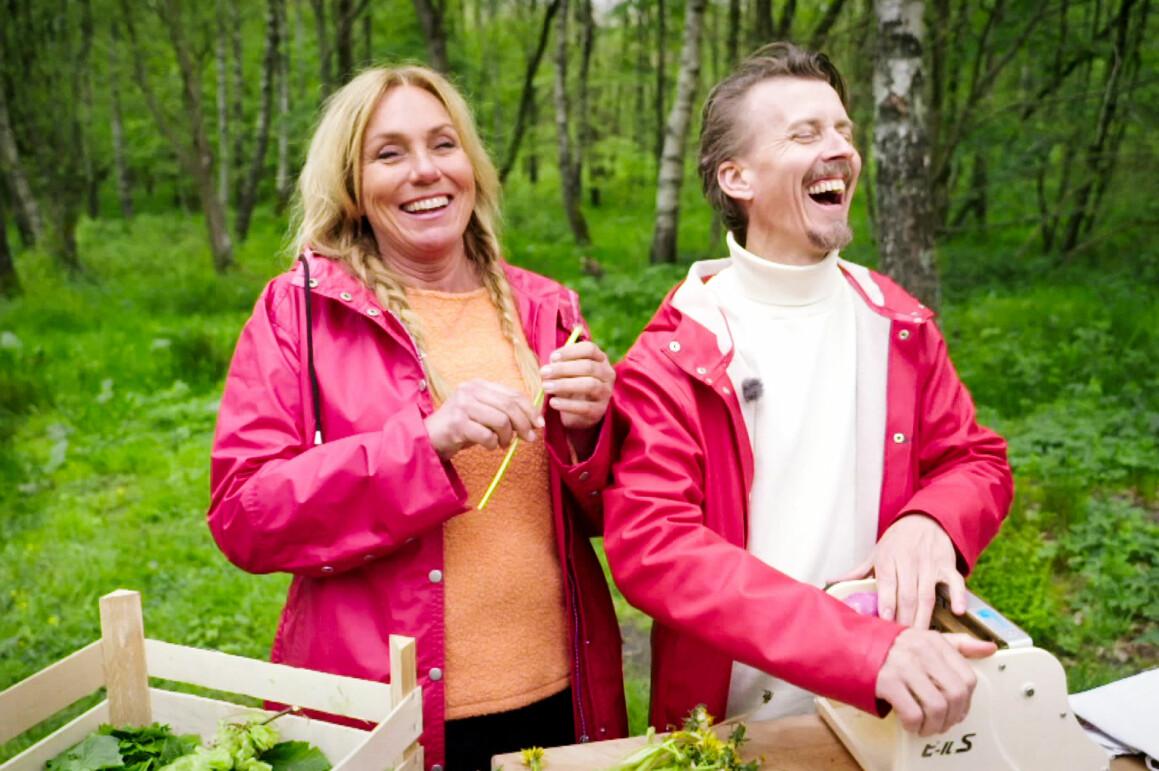 Anne Lundberg och Paul Svensson i rosa regnkappor i skogen under inspelningen av Den gröne slaktaren.