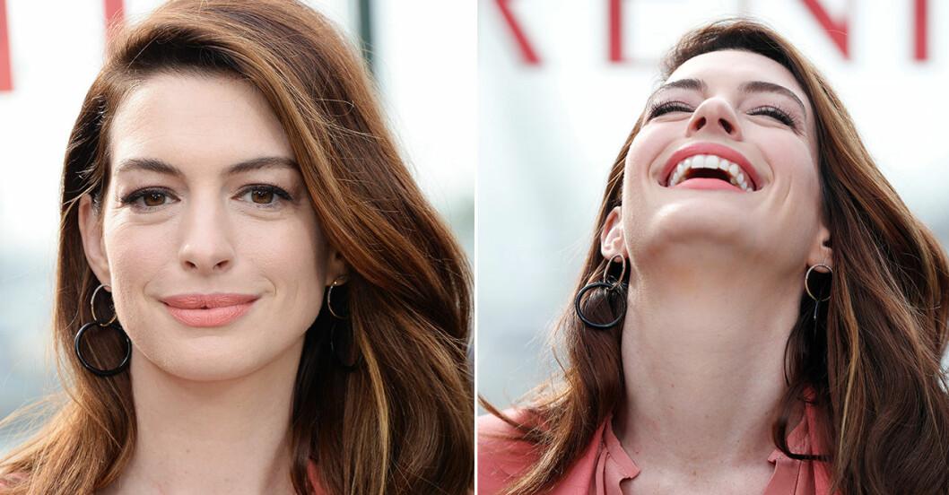Anne Hathaway skrattar.