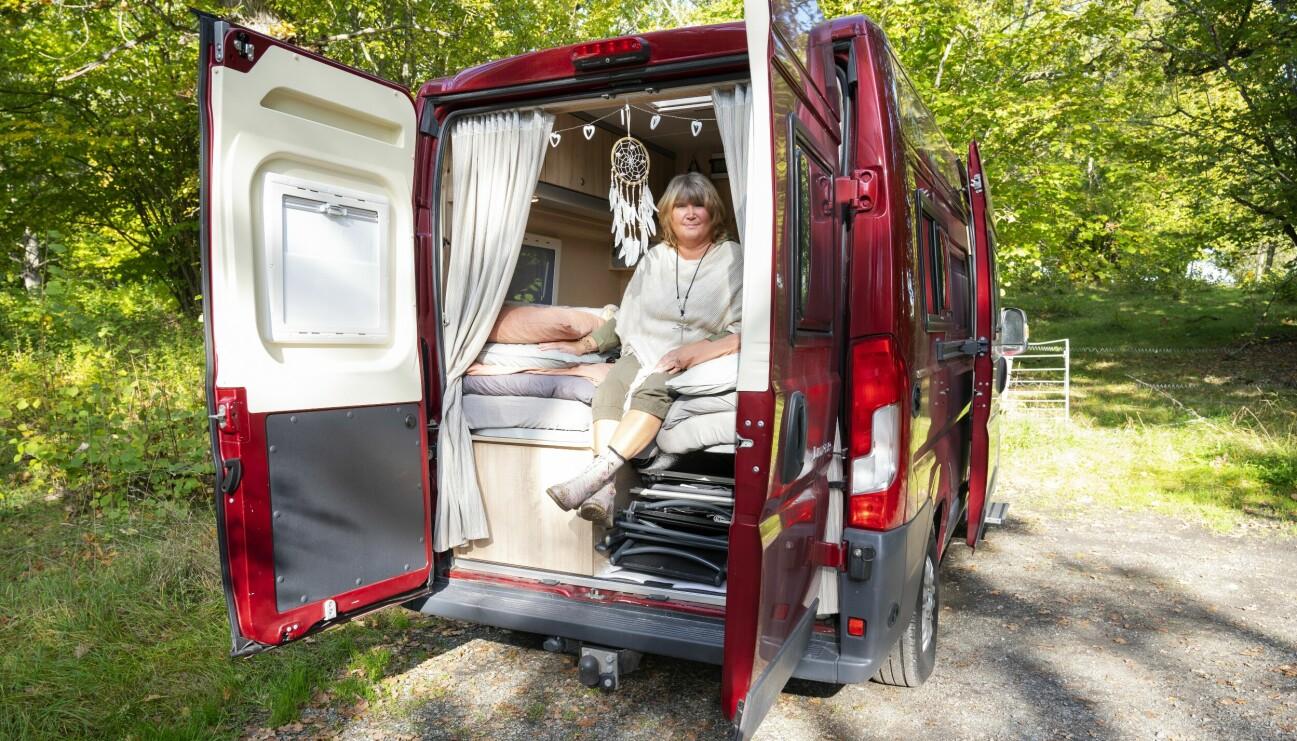 Annelie sitter i dörröppningen i bakre delen av sin husbil och berättar om hur hon bestämde sig för att göra sig av med sin lägenhet och det mesta av bohaget och flytta in i husbilen