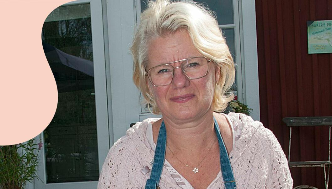 Annelie Johansson sitter med en bricka med kaffe och kaka ut på trappan till sitt gårdskafé och berättar hur det är att drabbas av hjärntumörer och hur hon genom att starta ett kafé har hittat en plats där hon kan arbetsträna