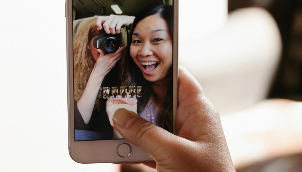 Kvinnor tar selfie på en resa.