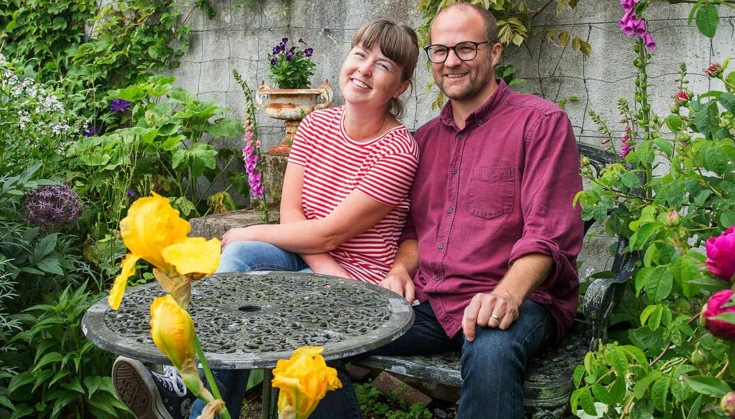 Vinnarna av Årets trädgård 2019 sitter och njuter i ett av trädgården vackra rum