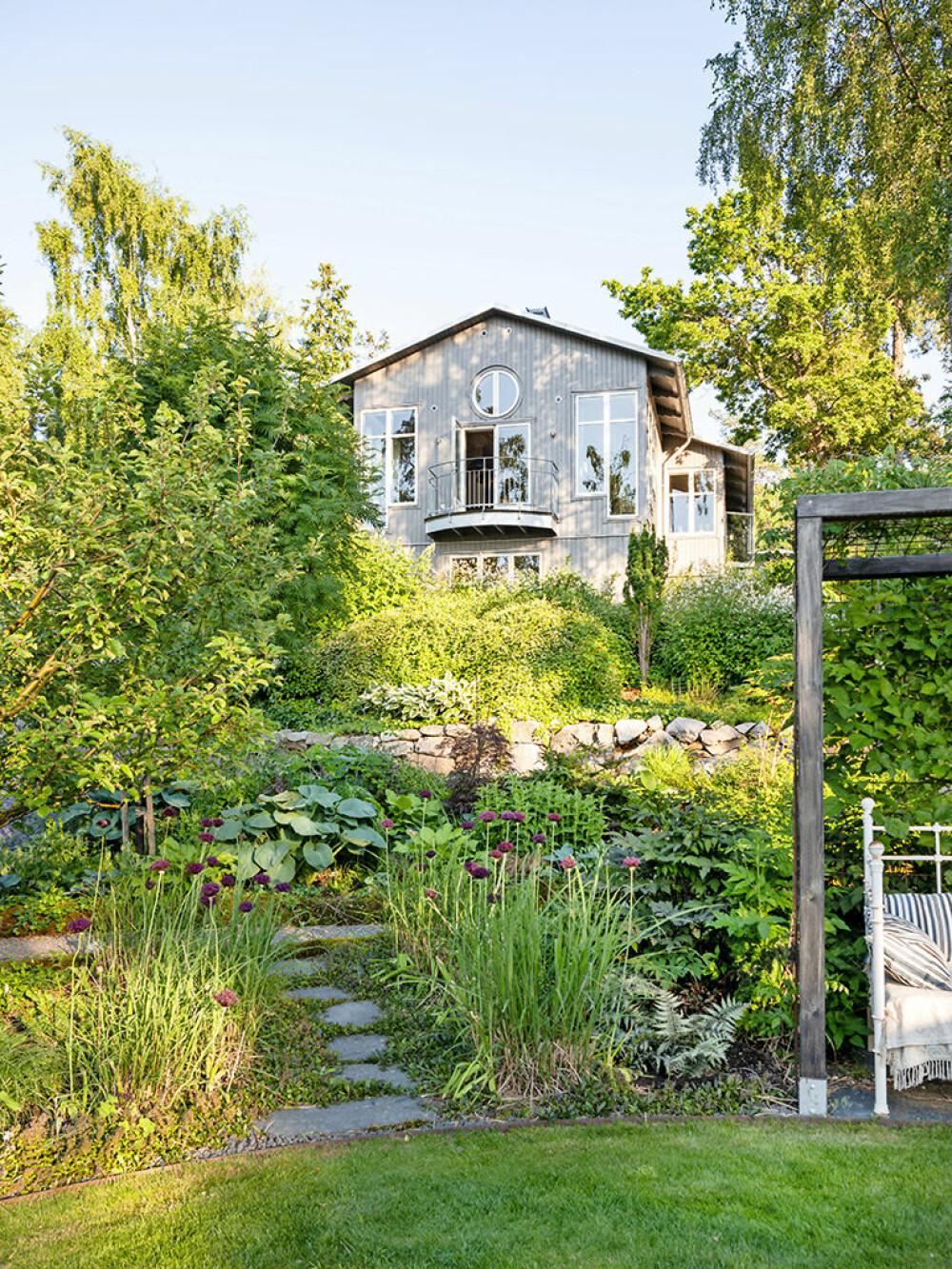 Högst upp i backen ligger huset med utsikt över trädgården och havet.  På sina ställen är  tomten mycket brant.