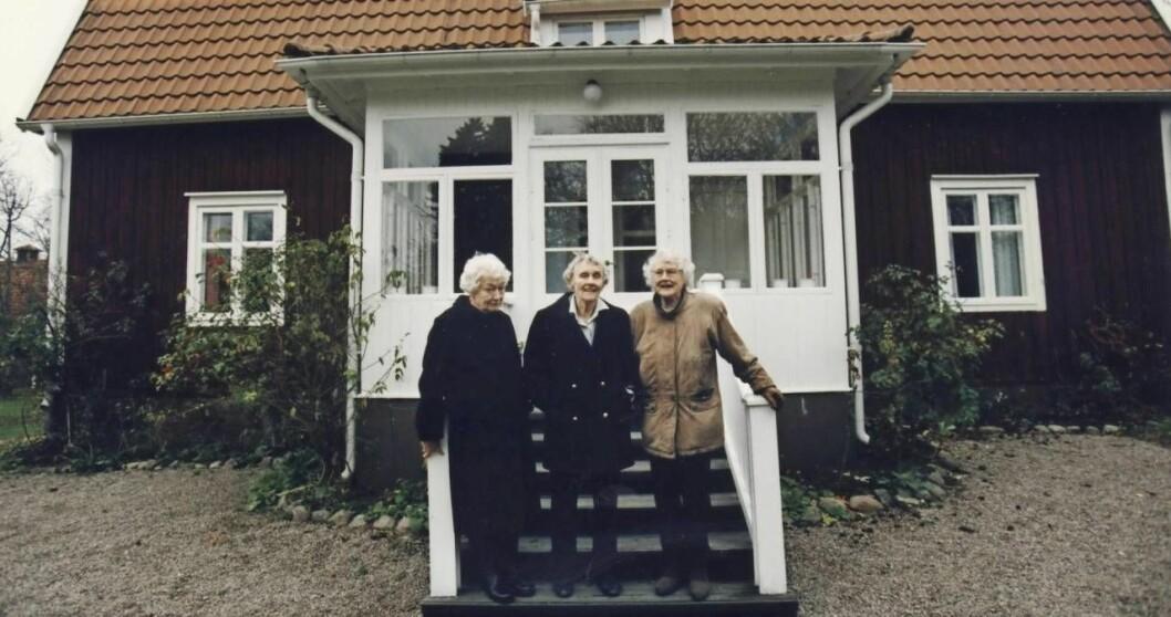 Astrid Lindgren med sina systar utanför barndomshemmet i Näs