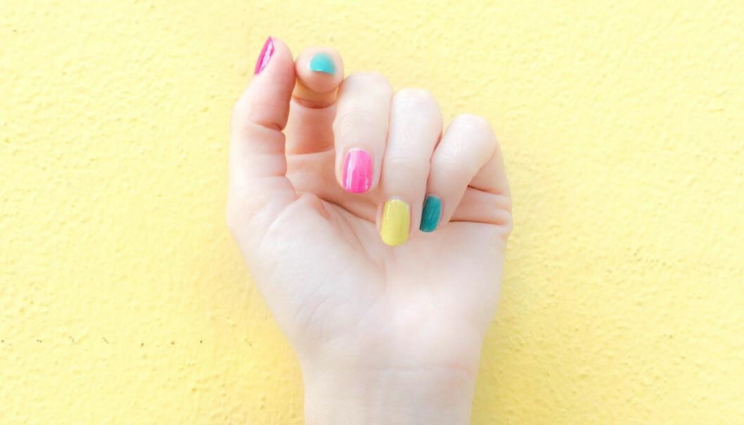 En hand med fint nagellack.