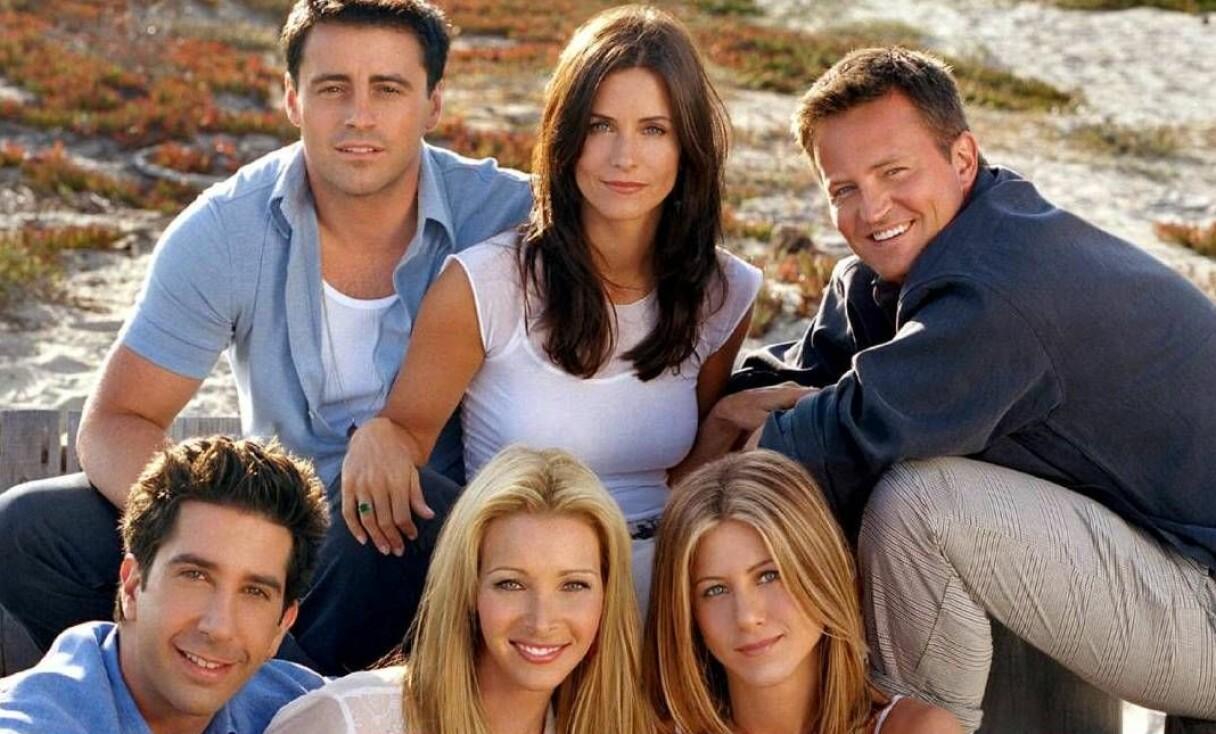 Skådespelarna som spelade i tv-serien Vänner på en strand.