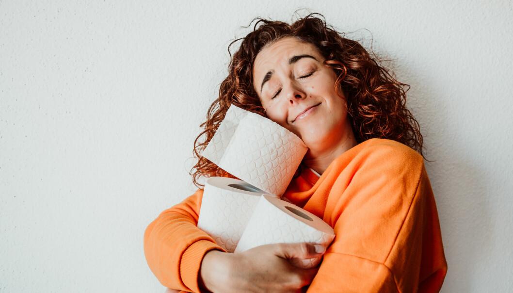 En tarmexpert som kramar toalettrullar efter att ha delat med sig av hur hon bajsar för en friskare mage.