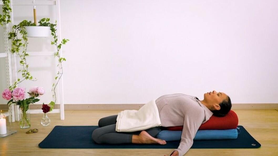 Johanna Ljunggren gör yogapositionen bakåtböj med stöd