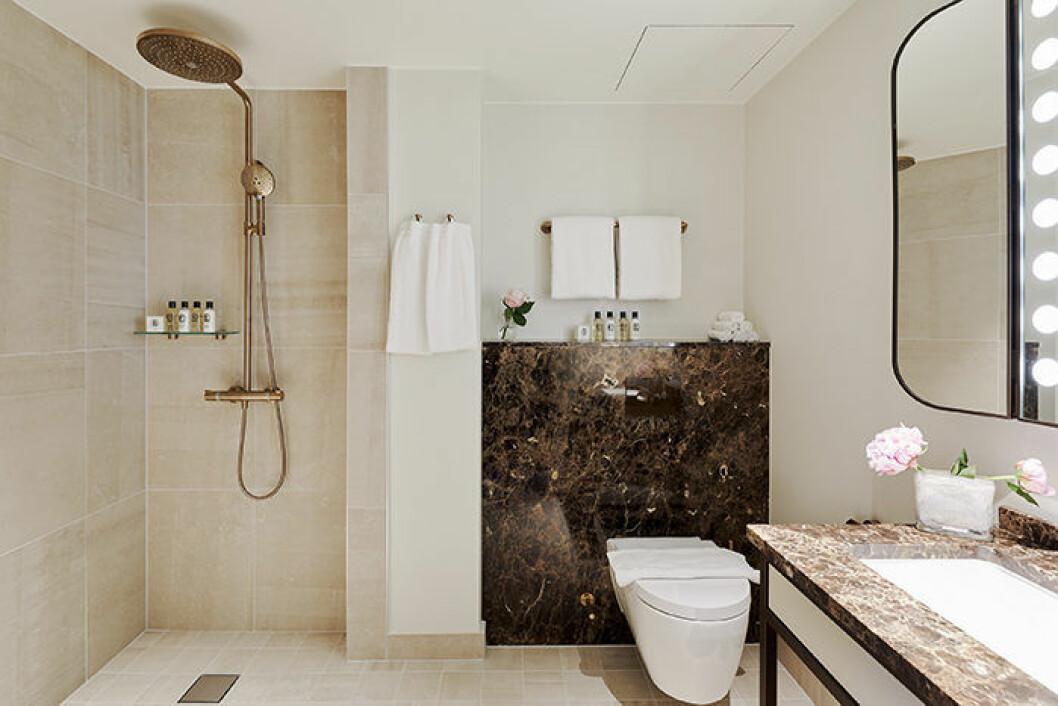 Badrum i marmor och mässing på Bank Hotel