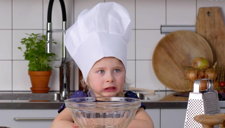 Cleo, 4 år från Hägersten, lagar vegetarisk lasange i allas.se serie Barn lagar mat som vunnit pris för sin kreativa kampanj.